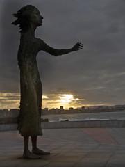 La lloca (Aidart) Tags: atardecer gijn asturias anochecer xixn elogiodelhorizonte playasanlorenzo madredelinmigrante lalloca