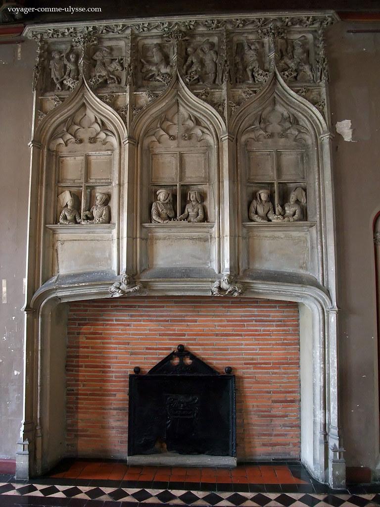 Cheminée décorée de splendides bas-reliefs