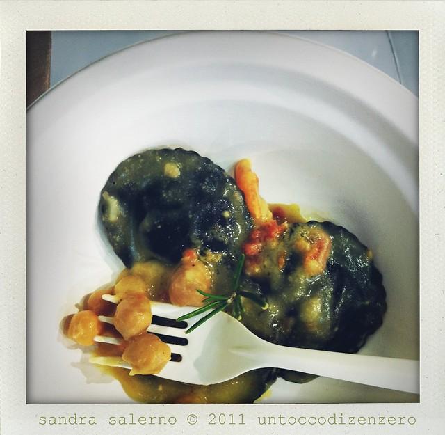 raviolo al nero con mantecato di baccalà