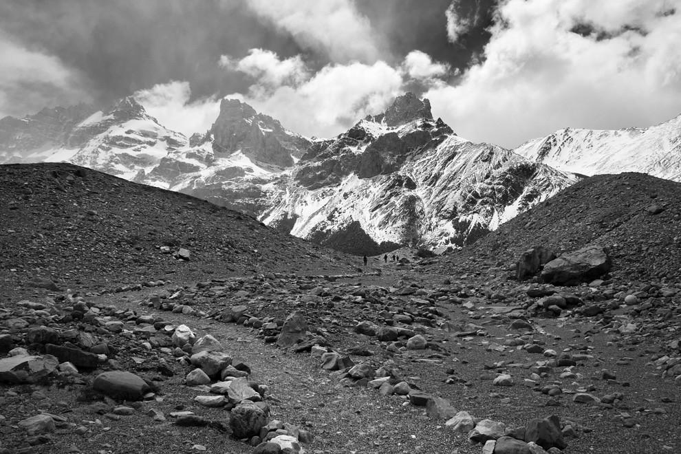 Cuatro siluetas recorren los mas de 20 kms para llegar a la laguna congelada del Cerro Torre. (Guillermo Morales -  Patagonia, Argentina)