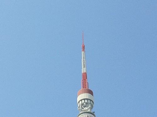 東北関東大震災で先端が歪んだ東京タワー