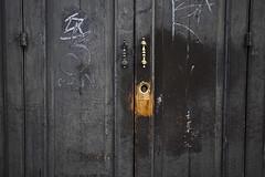 imperfecciones II (www.jlosada.com and @jorge_losada on Instagram) Tags: door italy stain architecture arquitectura puerta bisagra key italia decay spot grease pomo elements irony uso llave vicenza imperfection mancha grasa suciedad ironía agarradera imperfección jorgelosada