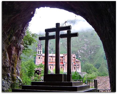 Basílica de Covadonga desde la gruta