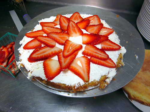 strawberry cake arranging