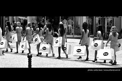 shopping (artland) Tags: street city girls cidade brazil people blackandwhite bw woman white black streets art paran girl brasil shopping studio walking women walk mulher cities pb curitiba garota rua mulheres parana pretoebranco compras caminho cwb artland ruas cidades caminhando garotas whiteandblack brancoepreto compra sacos calcada sacolas calcadao caminhar streetgirl bezz carlosbezz artlandstudio