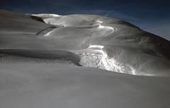 riding meringues (elnuego) Tags: schnee snow alps snowboarding switzerland fuji suisse slide neve nikkor svizzera nikonf meringue 135mm velvia50 fujicolor graubünden iso50 photomic meringa grigioni alpineski tigignas nikkor135