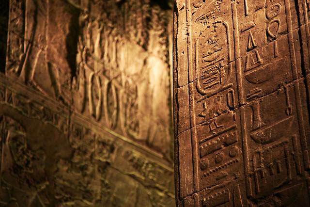 エジプト ルクソール神殿ライトアップ ヒエログリフの壁