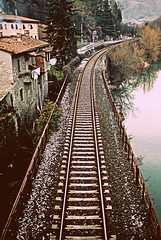 Il viaggio perfetto  circolare. La gioia della partenza, la gioia del ritorno. (Claudia Gaiotto) Tags: travel train reflections river fiume reflexos viaggio binario svolta bellitalia