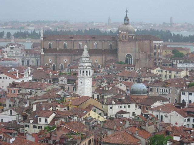 ヴェネツィアの建物と鐘楼のフリー写真素材