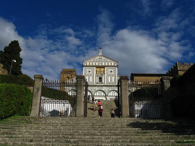 サン・ミニアート・アル・モンテ教会入り口のフリー写真素材