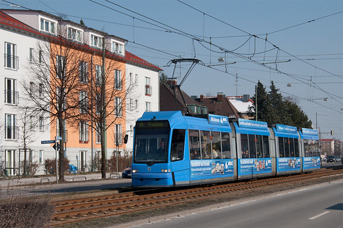 Der »Museumswagen« 2201 fährt am U-Bahnhof Josephsburg vorbei