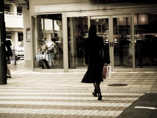 彼女は買い物の帰り道