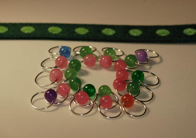 Nr. 20-11 - Pakke - Bokmerke i grønne farger + markører med perler av Jade - 10 + 10 + 4. Tynn sølvfarget wire, rund, 4,5 mm.  IMG_4545