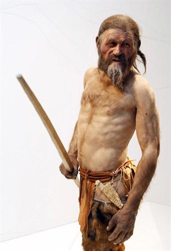 Homem do gelo achado nos Alpes em 1991 ganha estátua em museu