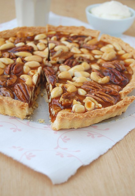 Caramel nut tart with brandy cream / Torta de caramelo e nuts com creme de conhaque