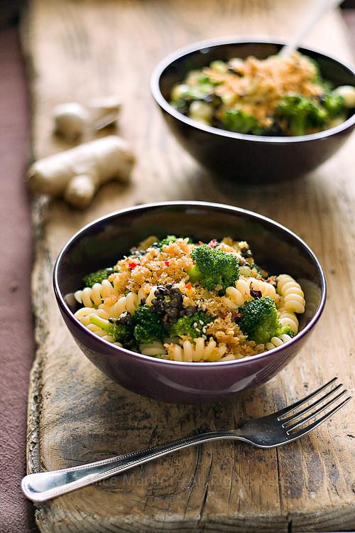 Pasta ai broccoli, lenticchie beluga e mollica allo zenzero
