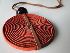 Disco laranja (VicheMaria) Tags: artesanato collar colares vies couro colarartesanal