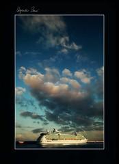 Esperando... (Alejandro Zeren Homs) Tags: muelle mar nubes santacruzdetenerife ocaso turistas trasatlantico drsena alejandrozerenhoms