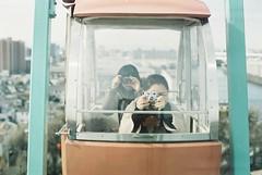 写ガール*2 (fangchun15) Tags: film girl zeiss tokyo ferriswheel 東京 摩天輪 nikonfe2 観覧車 遊園地 solaris400 あらかわ遊園 ゆるゆる