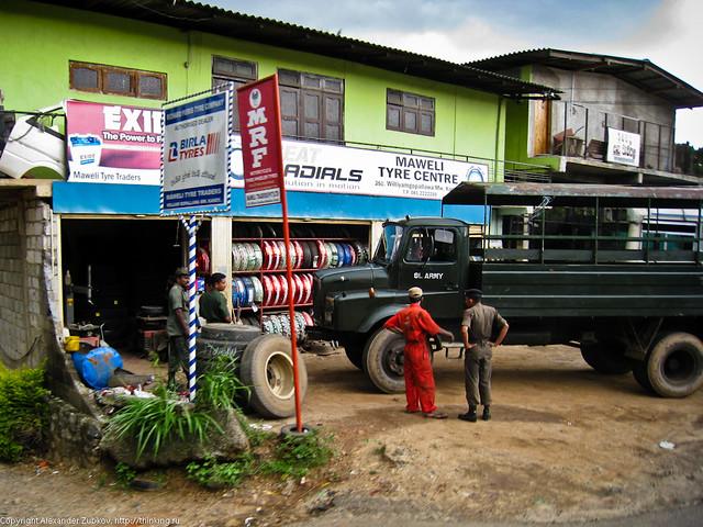 Военный грузовик меняет колеса