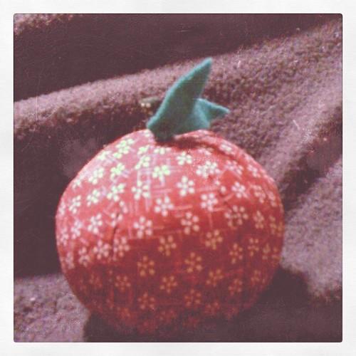 晚上手縫做了個布蘋果,平平安安健康快樂