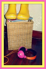 Happy Bench Monday (Teka e Fabi) Tags: colors yellow cores boots group headphones grupo roxy crocs rainboots hbm amarelas galochas tekaefabi benchmonday