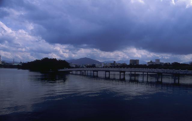 巨大な雲と橋のフリー写真素材