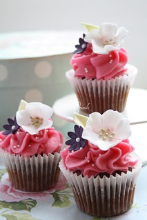 Mini flower cupcakes by Cotton and Crumbs