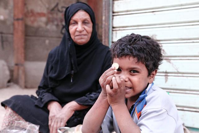 エジプト ルクソール路地の親子
