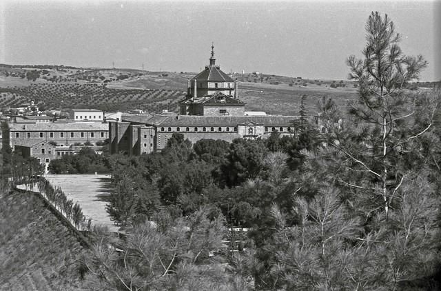 Hospital Tavera y Parque de la Vega vistos desde la Granja en Toledo hacia 1967. Fotografía de John Fyfe