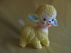 Squeeze sheep (Retro Mama69) Tags: babytoy vintagetoys rubbertoy retrotoys childhoodtoys juguetesnrfb squeezesheep toysmintcondition nrfbtoys dimestoretoys toysinpackage toysmadeinchina toysmadeinjapan