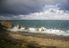 No paraba de llover.... (Leonorgb) Tags: canon ventana lluvia leo playa gotas cielo nubes tormenta cristal rocas cantabria liencre laarnía