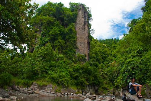 foto bukit kayangan yang menjadi ikon bendung kayangan di Girimulyo, Kulon Progo