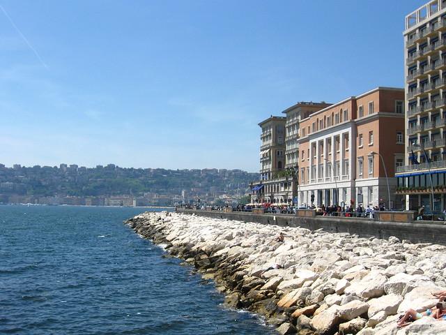 ナポリの海沿いのフリー写真素材