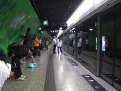 HongKong marathon スタート前のMTR駅ではストレッチする人も。