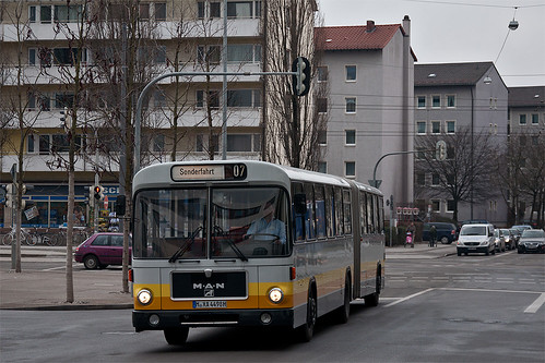Der MAN SG 240 H des OCM erreicht gerade den Bahnhof Giesing.