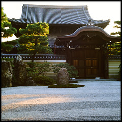 the zen garden (henrie) Tags: street trip red color film japan zeiss garden t temple maple kyoto taiwan snap hasselblad velvia zen fujifilm 50 fujichrome cf planar 500cm henrie carlzeiss kenninji rvp50 8028   kyototrip2010