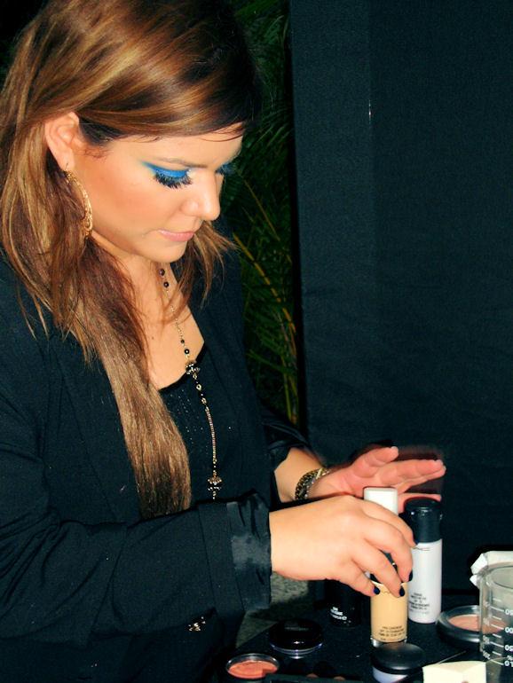 Mafe preparando el maquillaje