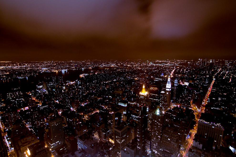 El Edificio Empire State, uno de los grandes iconos de Nueva York, de 102 pisos, visitado por unas 10 mil personas al día, nos ofrece esta impactante vista nocturna del centro de Manhattan, desde su plataforma de observación, en el piso 86. (Tetsu Espósito - Nueva York, Estados Unidos)