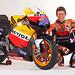 Casey Stoner, posa con su nueva moto