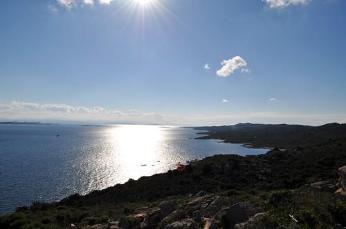 Sur le sentier vers la tour de Santa Manza : montée vers la tour avec toute la côte Sud vers la Sardaigne