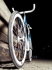 DBS Fixie (Mateusz Czudowski) Tags: blue white bicycle norway one norge flash gear fixed fixie blitz westcoast velodrome norvege vestlandet haugesund 700cc bullhorn bartape blits strobist bakery fastnav