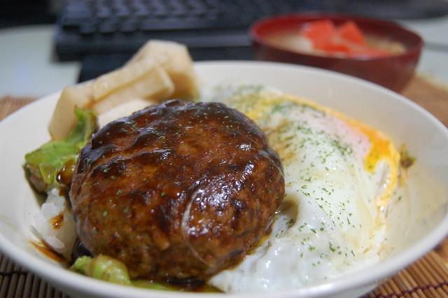 味の素 洋食亭ジューシーハンバーグで目玉焼きハンバーグ丼!