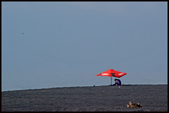 El Punto es... / The Point is... (drlopezfranco) Tags: red sky beach umbrella coast rojo guatemala playa parasol horizont horizonte sombrils