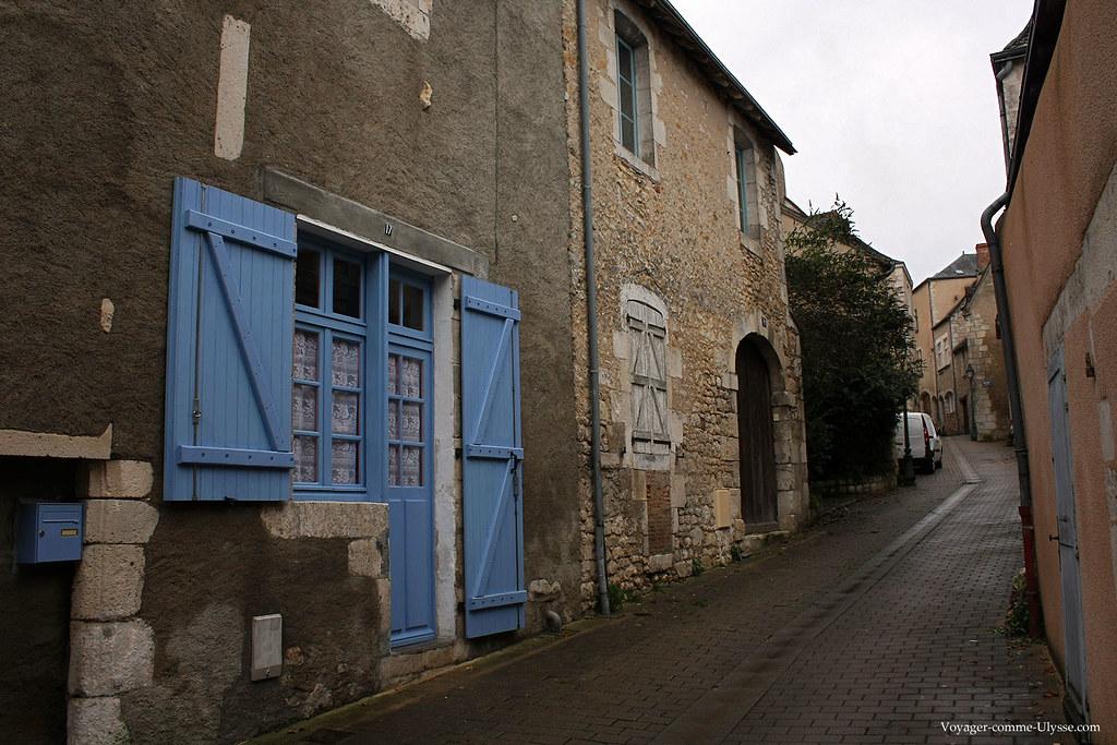 Les fenêtres et les portes sont peintes en bleu, comme ailleurs dans le Berry