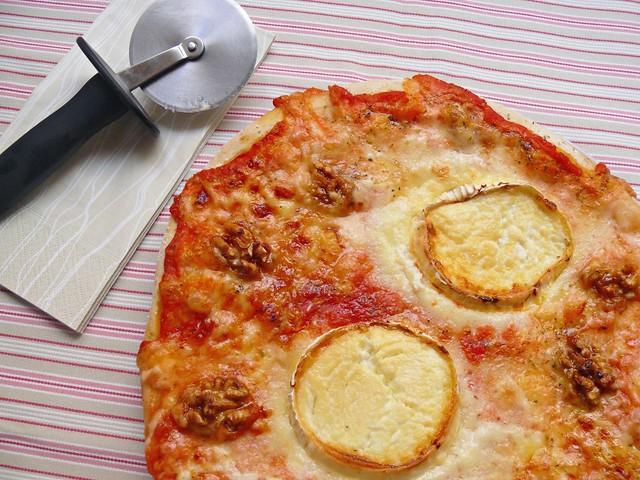 Pizza de formatge de cabra i nous amb mel