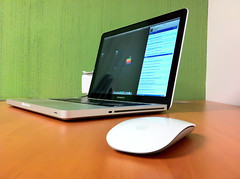 (raulmacias) Tags: verde mouse mac raton laptop magic pro 13 iphone magicmouse macbook
