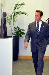 Arnold Schwarzenegger admires the Government Art Collection (The Department for Culture, Media and Sport) Tags: culture 2012 arnoldschwarzenegger london2012 dcms governmentartcollection ukgovernment jeremyhunt culturesecretary departmentforculturemediaandsport