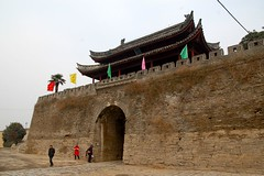 east gate inner (Ian Riley [on the right side of the fence]) Tags: china city wall puerta gate asia east ramparts porta enceinte porte inside mura tor fortifications crenellations citywall merlons remparts battlements stadtmauer anhui murailles stadttor murallas citygate zhongguo cintamuraria 城门 stadsmuur stadtbefestigung stadpoort shouxian