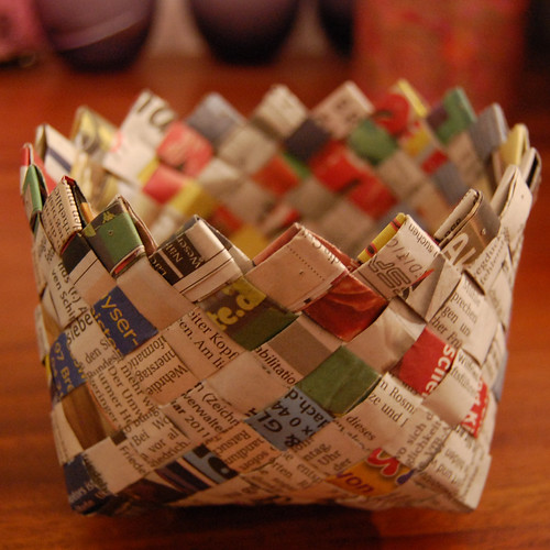 recycling ideas: weaving basket with newspaper